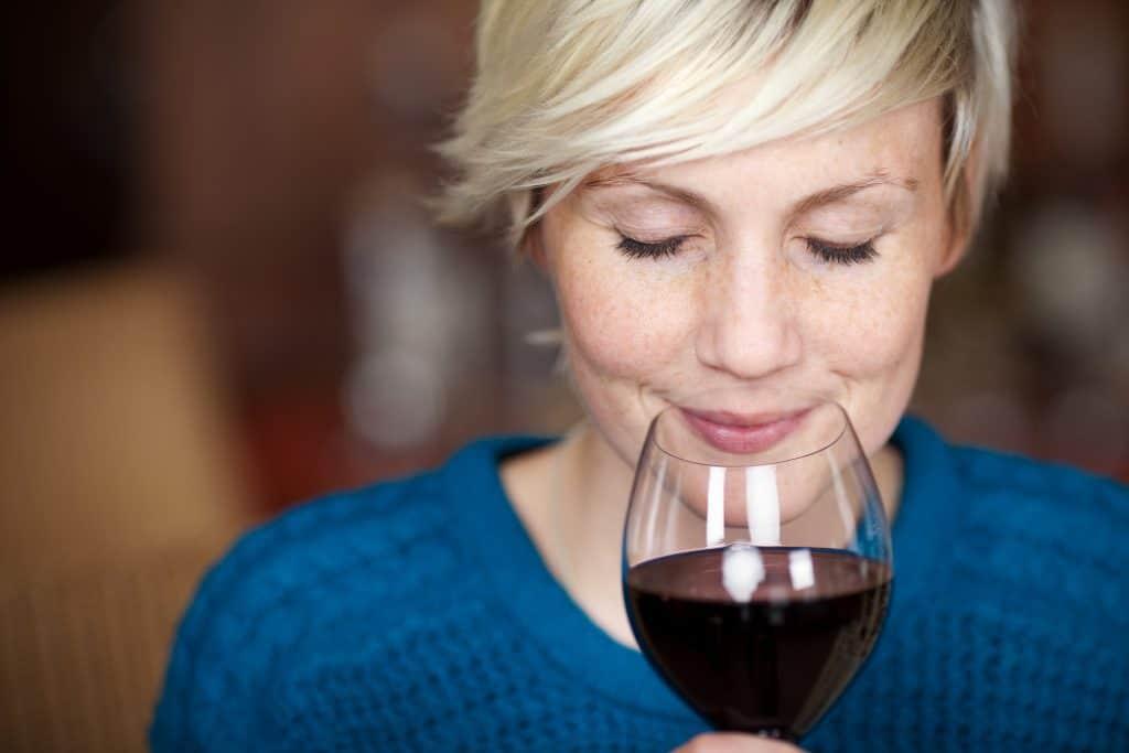 Poslouchejte se sklenkou vína