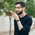 Prečo by ste sa mali rozprávať so svojim telefónom aj na ulici